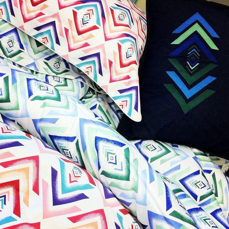 Hoje eu acordei... Vibrante! Com cores alegres, jeans e bordados! #marlene #brasilcoms #moda #design