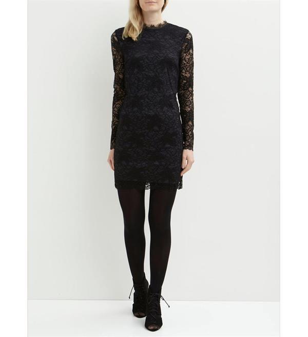 Vila jurk van kant model Piatri. Deze kanten jurk heeft lange mouwen en is gedeeltelijk gevoerd.