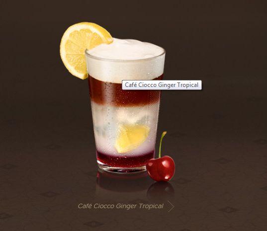 Café Ciocco Ginger Tropical • 1 cápsula de Ciocco Ginger  • 1 fatia de limão • 10 ml de xarope de cereja • 150 ml de Gengibrina ou refrigerante de limão • Gelo triturado  PREPARO Corte a fatia de limão em quartos e coloque no copo. Acrescente o xarope de cereja e o gelo triturado e macere levemente. Depois, prepare um Espresso Ciocco Ginger (40 ml) em um recipiente e o resfrie com 3 cubos de gelo. Por fim, acrescente o café e espuma de leite Aeroccino .