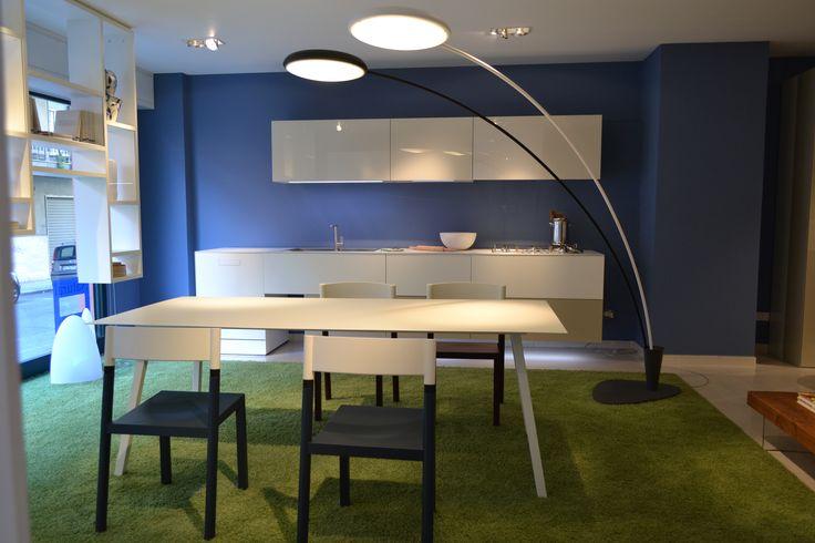 LAGO Prodotto Cucina 36 e 8. COMFORT TABLE tavolo, JOYNT Sedia, HALLEY Lampada. La cucina 36 e 8 e' un progetto che alleggerisce la percezione d'ingombro delle cucine tradizionali. Una leggerezza che nasce dallo stesso approccio progettuale del sistema per living 36e8, basata sul quadrato 36,8cm x 36,8cm.  Si tratta di un cambiamento rivoluzionario, in rottura con le configurazioni standard dell'ambiente cucina che si esprimono a multipli di 15 o 30cm.