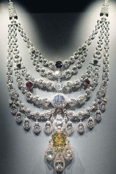 The Legendry Patiala Necklace  In 1926 Maharaja Bhupinder Singh of Patiala walked into the Cartier offices with the famous De Beers diamond and an abundant cache of diamonds and asked them to create a state necklace for himself. The necklace was perhaps the most spectacular and most expensive piece of jewellery ever created