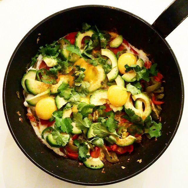 Œufs à la mexicaine. Pour votre brunch du weekend. Version allégée des huevos rancheros, en gardant ces saveurs mexicaines et du piquant sous le palais! On garde tous les légumes frais servis avec les œufs.. La recette par Gratinez.