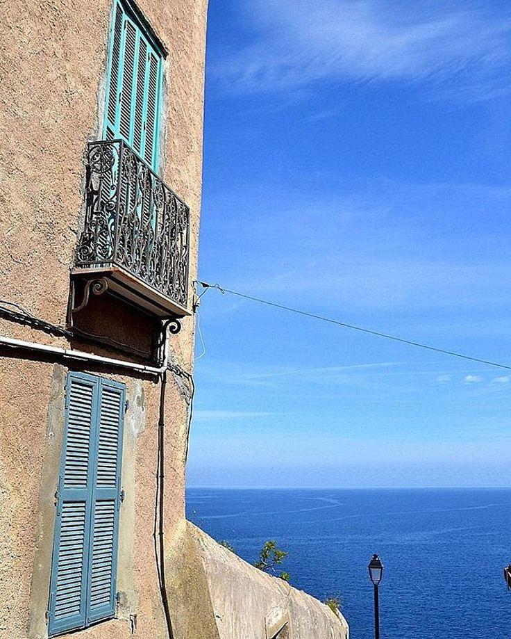 La citadelle de Calvi est majestueuse avec toutes ces nuances de bleu, je suis fan  J'espère y retourner prochainement !