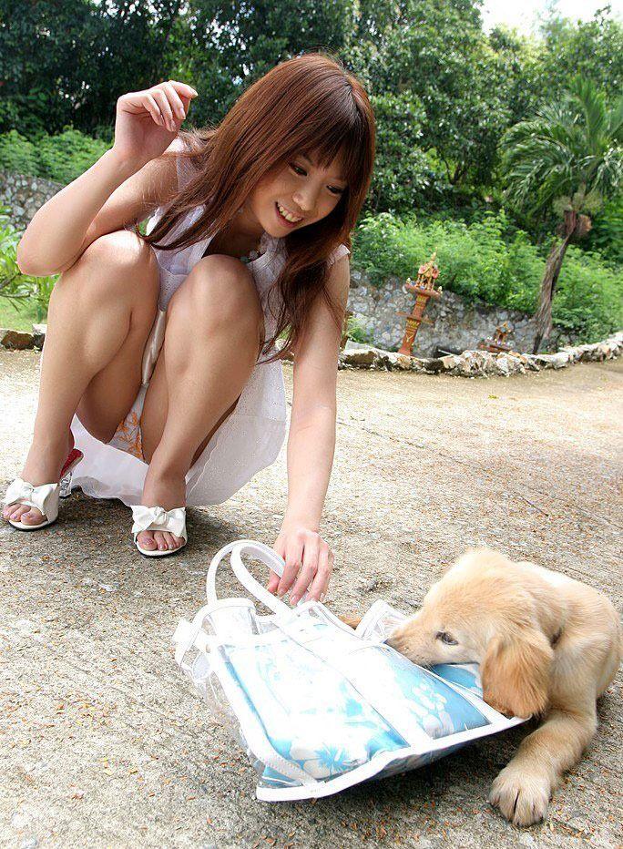 しゃがんでる女のムチムチ太腿とぷっくりパンティがそそるエロ画像22