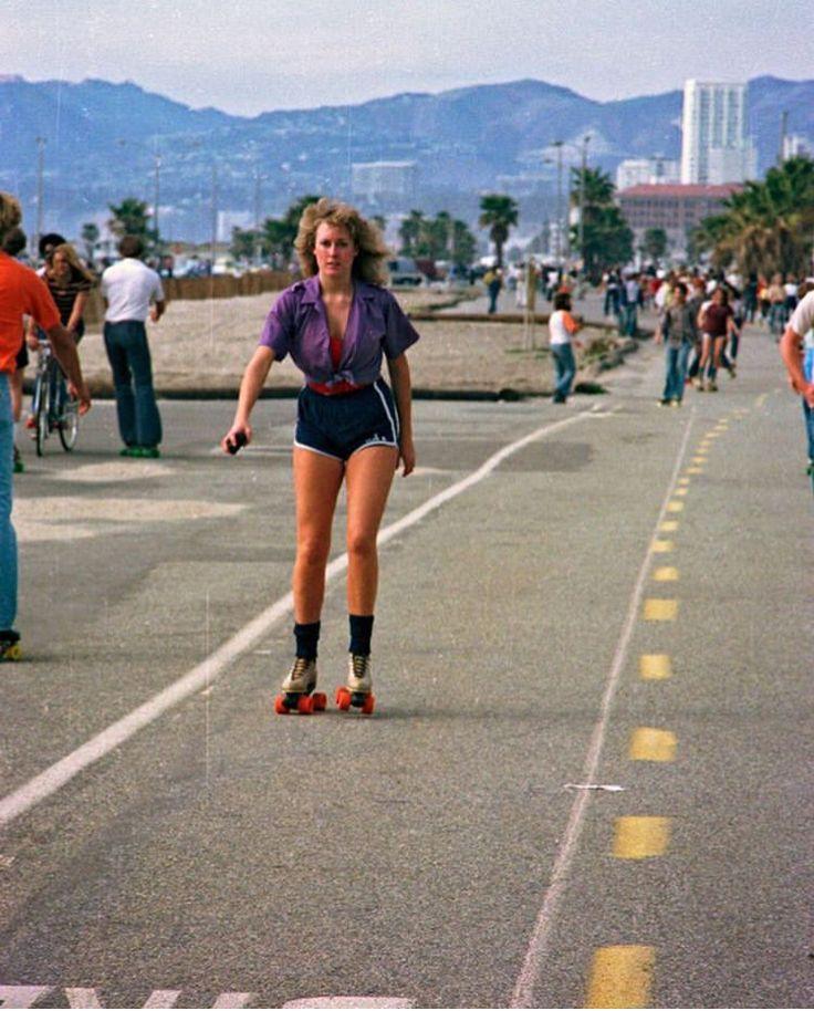 ROLLER SKATING GIRL | Racer.lt