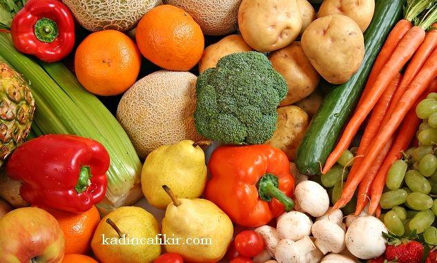 Her mevsimin kendine özgü, doğal olarak yetişen meyve ve sebzeleri vardır. Hepsinin de ayrı ayrı faydaları bulunuyor.Kışın Tüketilmesi Gereken Sebzeler, Meyveler ve Faydaları bilmemiz ise, bizim kış mevsiminde daha az GDO yani genetiği değiştirilmiş organizma olan bitkilerin sebze ve meyvelerini kullanmamızı sağlar. Çünkü birçok meyve ve sebze, kış mevsiminde yetişebilmesi ve dayanıklı olması için genetik değişime zorlanıyor. Haliyle GDO da bizi en çok ürküten konulardan biri gıda…