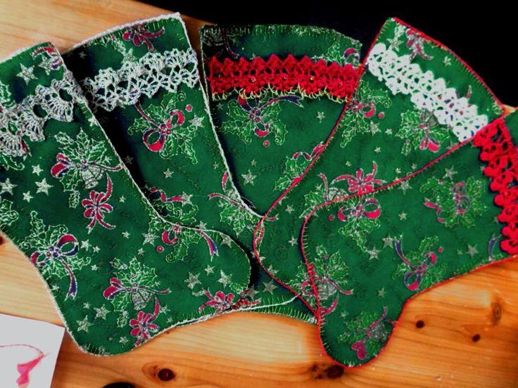 Christmas booties. Botitas de tela agamuzada con cenefas a crochet que tejí en hilo 40/2 puesto triple y al que mezclé hilo metálico dorado.