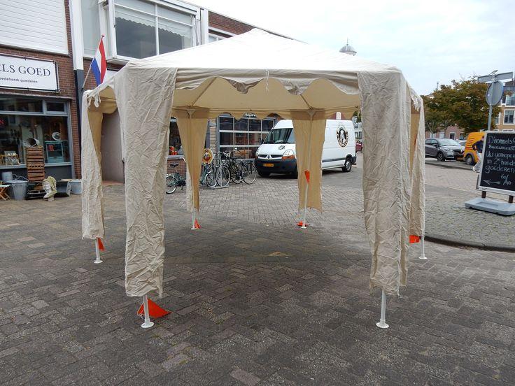 Te koop z.g.a.n.ruime paviljoen tent van Hartman. De tent is een schaduwbrenger van formaat. Het dak is gemaakt van waterafstotend katoenen tentdoek en is bestand tegen een regenbuitje. De materialen en constructie zijn ongeschikt voor permanent gebruik of gebruik tijdens extreme weersomstandigheden. De afmeting is 3.4 bij 4 meter. De tent wordt kan door pennen aan de grond worden genageld en is bij de poten voorzien van zogenaamde gordijnen. Prijs € 150.00.