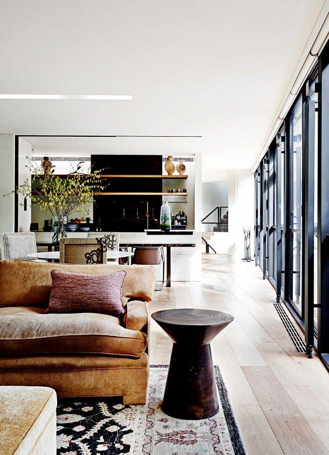 PISO CLARO CON VENTANAS Y ESCALERAS NEGRAS SE VE MODERNO. PINTAR DE NEGRO BRILLANTE (PINTURAS HOLANDESAS) EL AGARRADOR DE LA ESCALERA.  Tour a Modern Home With a Comfortable Feel via @domainehome