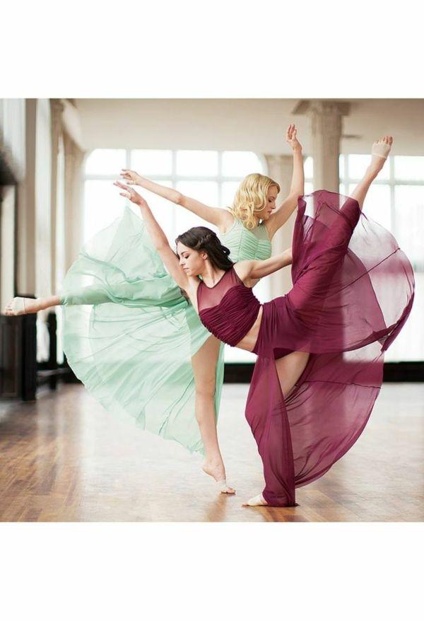 tenue de danse moderne, deux danseuses en jolis costumes de danse