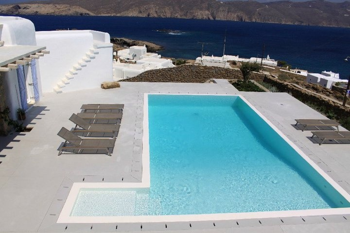 Happy weekend from Mykonos! Time to play in the sun ♥
