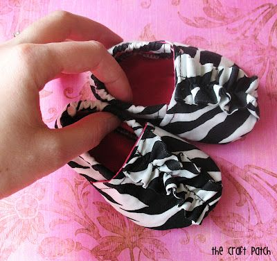 The Craft Patch: Sewing cute little baby shoes. FREE DIY