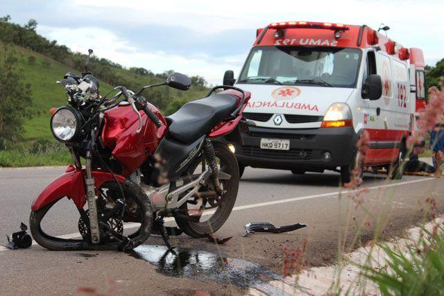 Casal é socorrido após grave acidente com motocicleta na MG-129