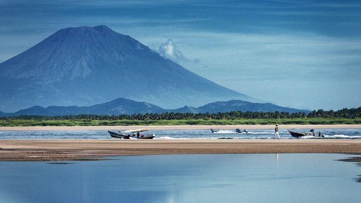 Au-dessous des volcans, la baie de Jiquilisco déploie ses 55 km de côtes sauvages. Ce fragile paradis naturel est aussi une des régions les plus pauvres du pays.