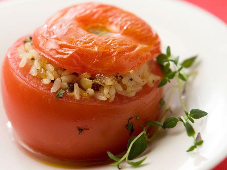 Riisi, sipuli ja mausteet ovat maukkaiden täytettyjen tomaattien salaisuus. Tarjoa runsaan salaatin kanssa tai joko lihan tai kalan lisäkkeenä.