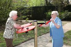 """Effecten beweegtuin senioren: gaan ouderen meer bewegen door de komst van Beweegtuinen?  Het doel van zo'n """"actieve"""" tuin is om ouderen (meer) in beweging te krijgen én te houden. Maar gaan ouderen ook werkelijk meer bewegen door de komst van buitentoestellen die samen de Beweegtuin vormen? En hebben deze beweegtoestellen, naast bewegingsstimulering, neveneffecten?"""