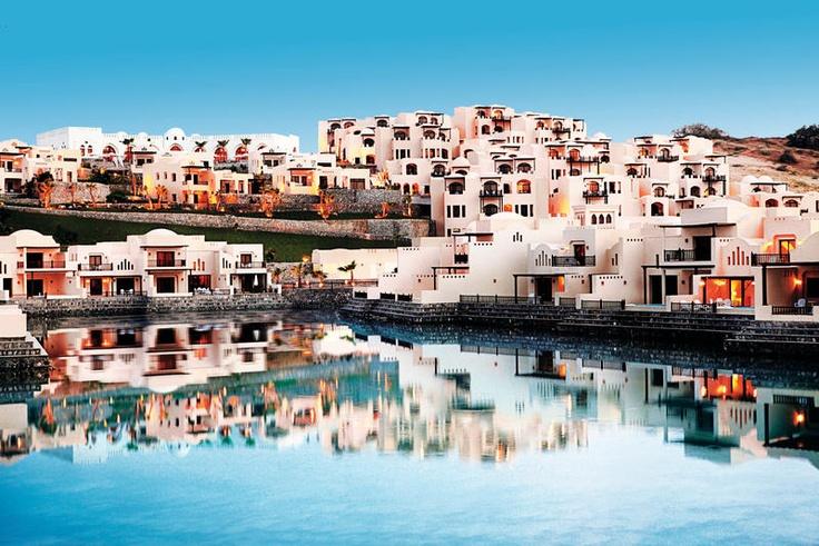 Met recht kun je zeggen dat The Cove Rotana Resort & Spa prachtig is gelegen: omgeven door rustieke bergen, watervallen en duinen en in een lagune...     Geniet in en aan het zwembad van het mooie uitzicht. Aan het privéstrand kunt u tot rust komen. U kunt gebruik maken van de ligbedden en parasols.     Geniet van de Mediterraanse gerecht in het à la carte restaurant van het resort. Aan de diverse bars kunt u een heerlijk drankje bestellen.