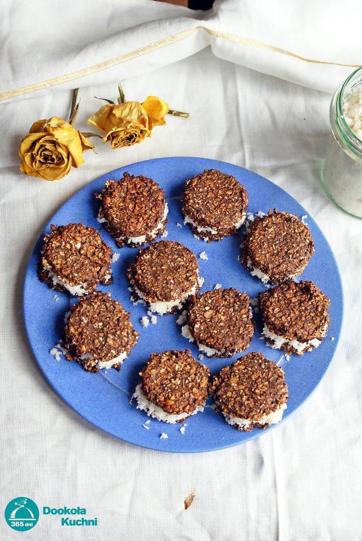 Dietetyczne, bezglutenowe oreo - CIASTO: szklanka płatków owsianych szklanka płatków orkiszowych 2 łyżki kakao łyżka miodu jajko łyżka oleju kokosowego 5 łyżek mleka kokosowego  CIASTO: Płatki owsiane i orkiszowe zmiksuj na mąkę. Wymieszaj zmielone płatki z kakao, rozpuszczonym miodem i olejem kokosowym. Zagnieć ciasto, a następnie rozwałkuj je na ok. 0,5cm i wykrawaj z niego okrągłe ciasteczka. Piecz ok. 15 minut w 180 stopniach. Po upieczeniu odstaw do przestygnięcia.  KREM: 150g w