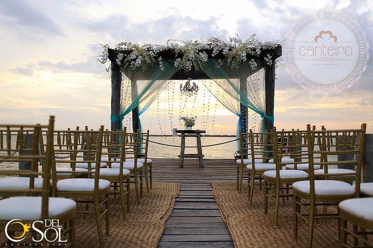 Casamento feito durante o pôr do sol no deck de frente para o mar
