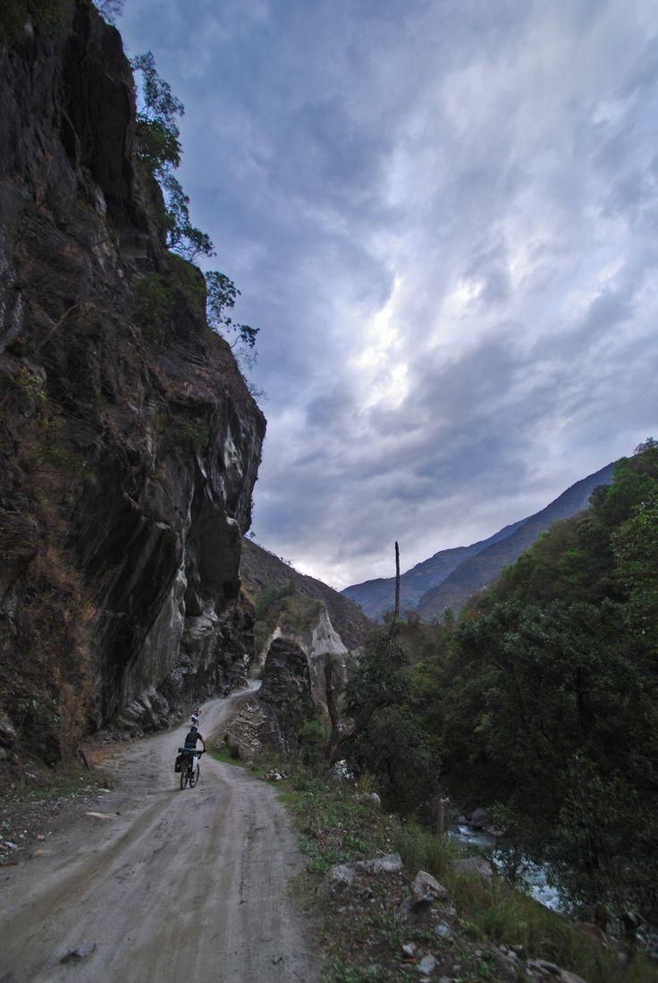Cycling Annapurna Circuit.Nepal 2014 Droga na szczyt przełęczy jest ciężka i wyjątkowo piękna.