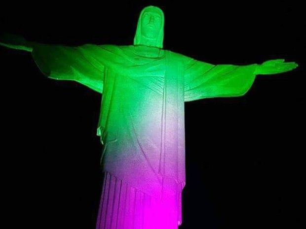 Cristo Redentor ganha a iluminação com as cores verde e rosa (Foto: Divulgação / Trem Corcovado)