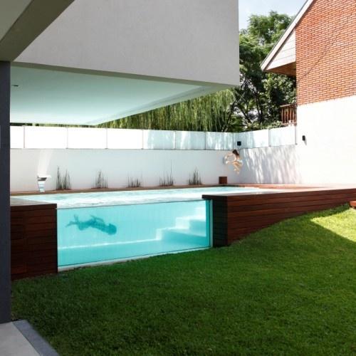 Das Haus verfügt über einen eigenen Spa mit Whirlpool, Sauna und Ruheberich für die Eltern und einen teilweise außenverglasten Outdoorpool zum Rein- und Rausschauen für die Kinder.