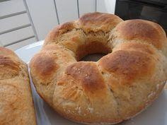 Hoje , trago para vocês um pão integral, muito gostoso, queria um bem fofinho e o resultado foi ótimo.  Acho que o iogurte ajuda na macies...