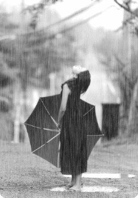 Femme sous la pluie