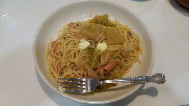 不味そう飯: なかなかひどいものである。普通の家では出ないものだな。昨夜の残りの大根と鶏肉の汁物の残りの中に、直接...#朝食 #夕食 #昼食 #ランチ #グルメ #ディナー #食事 #料理 #食料 #食べ物 #ご飯 #Breakfast #dinner #lunch #gourmet #meal #Dish #food #rice #cook #cooking