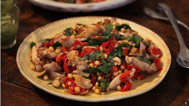 Une recette de cuisses de poulet grillées, pois chiches, piquillos et vinaigrette au citron, présentée sur Zeste et zeste.tv