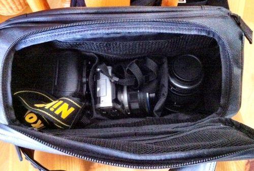>ニコンD7000に50mmレンズを装着したもの。  OLYMPUS E-P1に14-24mmズームを装着したもの。  D7000用交換レンズとして35-70mmズームレンズ。  長財布、扇子、エネループスティックブースターとiPhone用ケーブル。