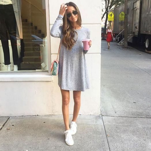 baskets blanches + robe grise