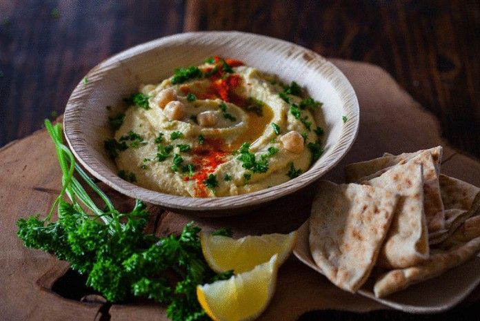 Хумус — 10 лучших рецептов приготовления Так как основной компонент хумуса — горох нут, эта холодная закуска богата растительным белком, клетчаткой, железом, марганцем, триптофаном, витаминами группы B и ненасыщенными жирами.