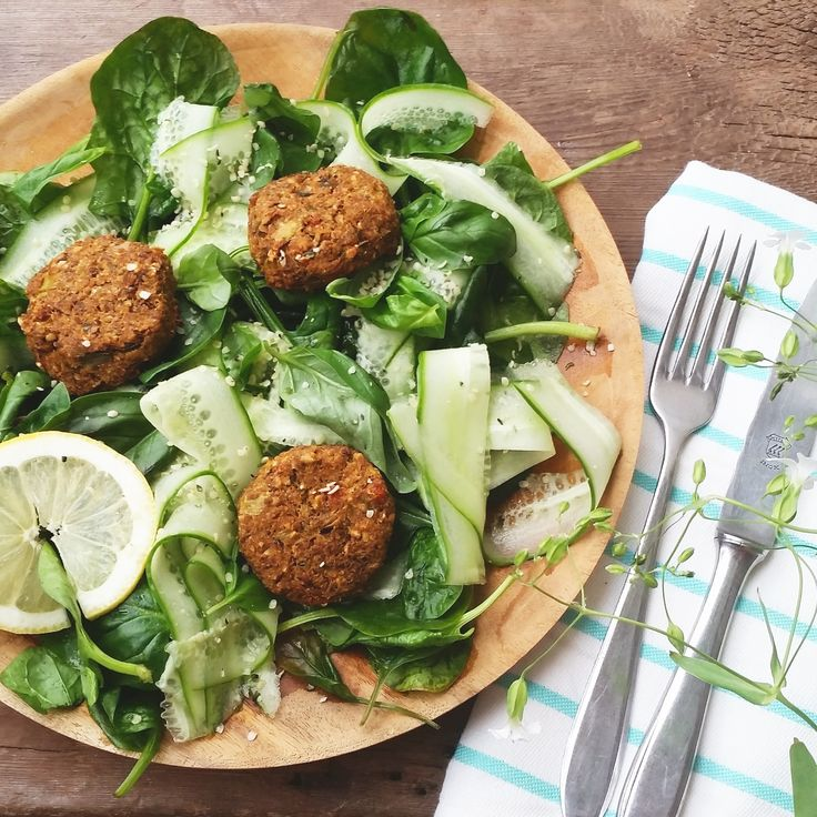 Groene Salade met prei-linzen balletjes | The Green Happiness