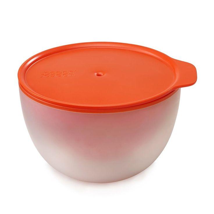 De M-Cuisine cool-touch schaal van Joseph Joseph pak je met een gerust hart uit de magnetron, zonder je handen te verbranden! Na het opwarmen van je soepje of pasta, blijft de buitenkant gewoon koel dankzij het slimme, dubbelwandige ontwerp.