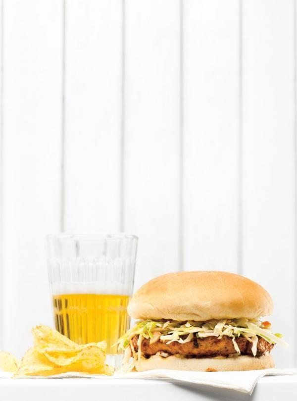 Recette de Ricardo de burgers de porc barbecue et salade de chou