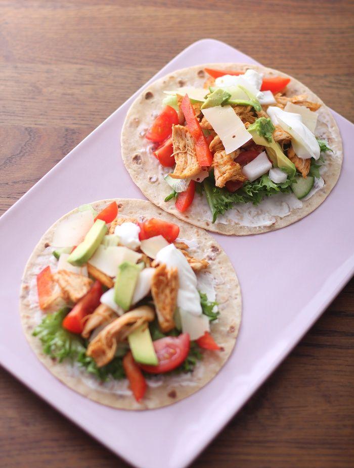 Lunsj: Kyllingwraps. Oppskrift: (1 porsjon) 2 kyllingfileter 1-2 ss tacokrydder 2 lomper 2 ss philadelphiaost 1/2 avokado 3-4 osteskiver 2 ss mager kesam Salat, tomat, løk og paprika