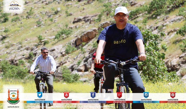 AK Parti Genel Başkan Yardımcısı Nurettin Nebati ile Şanlıurfa Büyükşehir Belediye Başkanı Celalettin Güvenç, Yanık Mahallesi'ne parke taşı döşeme karşılığında iddiaya girerek bisiklet yarışı yaptı.Vatandaşların sevgi gösterileriyle uğurlanan ikili parkın girişinde kurulan start çizgisinden yarışa başladı. Nebati ve Güvenç, yaklaşık bir kilometre pedal çevirdikten sonra turu tamamladı. http://www.sanliurfa.bel.tr/…/guvenc-ve-nebati-hizme
