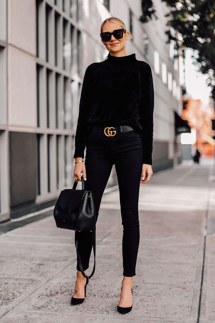 25 + › Blonde Frau mit schwarzem Chenille-Stehkragenpullover Schwarze Röhrenjeans Schwarze …