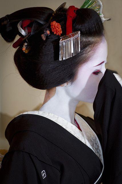 "Maiko Mamehana is dancing ""Kurokami"""