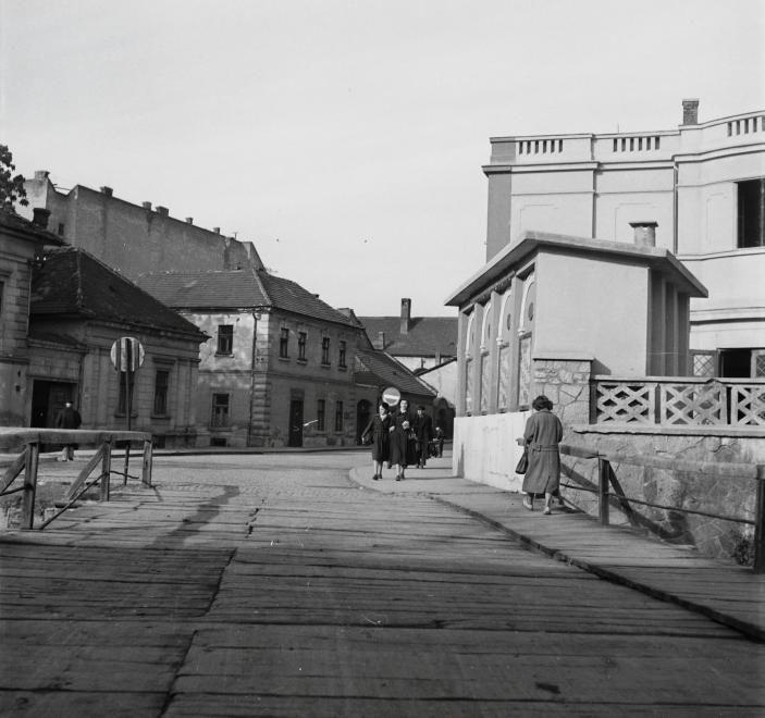 Rákóczi Ferenc utca a Szinva híd felől a Sötét kapu felé nézve. Jobbra a Béke mozi épülete, a középen lévő egy emeletes ház földszintjén a Kispipa halászcsárda van.