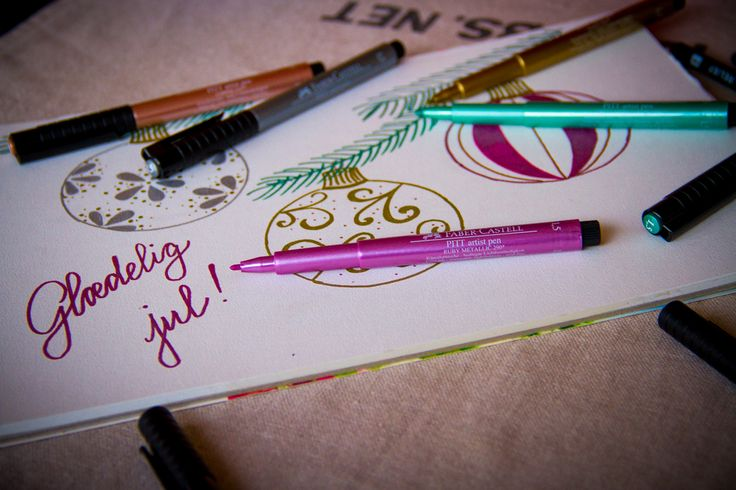 Faber-Castell Artist Pen i 5 forskellige farver, guld, sølv, kobber, rubinrød og grøn.  Find dem hos Bog & idé! #fabercastell #jul #skriveredskaber #guldtusch #sølvtusch #tusser