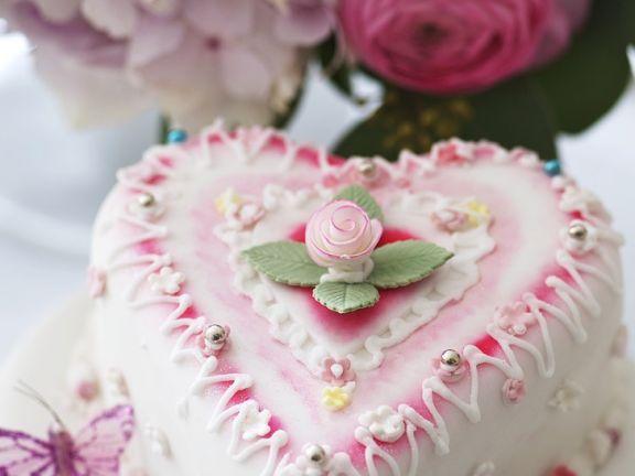 Hochzeitstorte in Herzform ist ein Rezept mit frischen Zutaten aus der Kategorie Torten. Probieren Sie dieses und weitere Rezepte von EAT SMARTER!