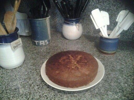 Torta de zanahoria  Ingredientes: 1 1/2 harina para tortas 1 cucharadita de vainilla 1cucharadita de jugo de limon  2 zanahorias grandes ralladas  1/2 taza de aceite vegetal 1 1/4 taza de azucar 1 pizca de sal 1 cucharadita de canela 4 huevos Pasas y nueces al gusto   Mezclar todos los ingredientes hasta que esten bien mezclado, verter en el molde el cual esta previamente cubierto de aceite esto paraque la torta no se pegue y se pueda desmoldar facilmente, y cocinar a 250 C aprox