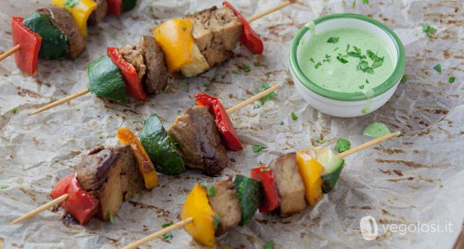 Gli spiedini vegani di seitan sono una soluzione ideale per una grigliata naturale e salutare. Ricchi di sapore, sono accompagnati da una salsa verde.