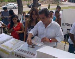 Foto Galilea Montijo acude votar.