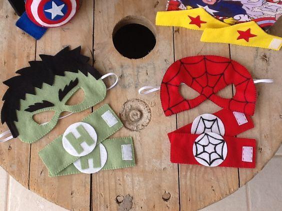 Kit Super Heróis - Máscaras e Braceletes    Uma ótima opção para lembrancinhas.  Os meninos adoram e as mamães também, pois as máscaras em feltro são super confortáveis !    Confeccionadas em feltro e elástico, os braceletes são fechados com velcro. Totalmente manual.: