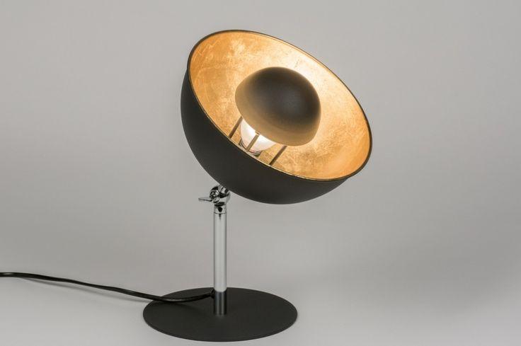 art. 11503 Trendy tafellamp uitgevoerd in een kleuren combinatie van mat zwart, goud, en chroom.https://www.rietveldlicht.nl/artikel/tafellamp-11503-modern-design-retro-goud-zwart-mat-aluminium-rond