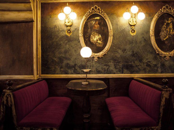Το νέο μπαρ βρίσκεται στο στενό της Παλλάδος, παλαιώνει αποστάγματα και τα χρησιμοποιεί σε κλασικά cocktail ενώ παράλληλα σερβίρει πιάτα ιδανικά για να καταναλωθούν στη μπάρα.