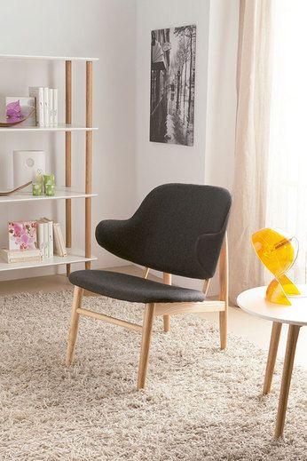 Succombez au charme de ce superbe et confortable fauteuil style scandinave avec ses pieds en bois massif de hêtre, pour votre pièce de salon !